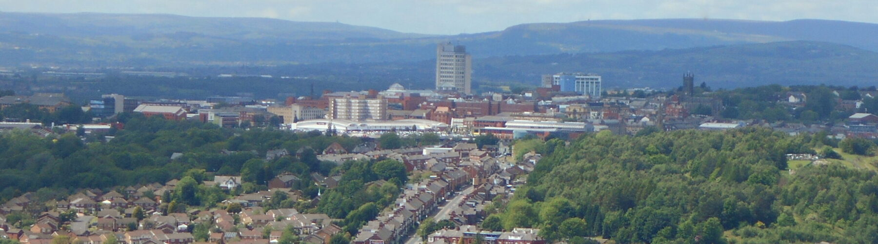 Oldham_town_centre_closeup_from_Hartshead_Pike